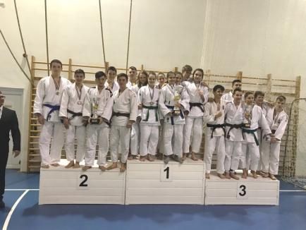 Cinci clasări pe podium pentru tinerii judoka orădeni la turneul internaţional de la Miskolc