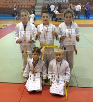 """Cinci medalii pentru tinerii judoka orădeni la Cupa """"Micul Samurai"""" de la Târgu Mureş"""