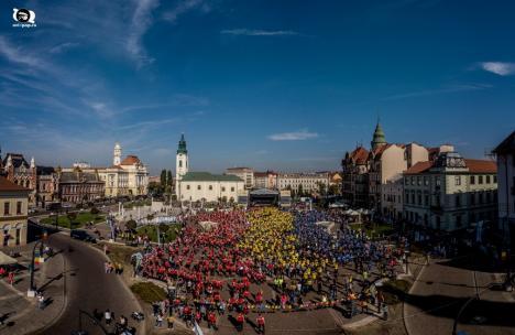 Record mondial, în Piaţa Unirii din Oradea: Aproape 1700 de participanţi la cea mai mare oră de kangoo jumps (FOTO / VIDEO)