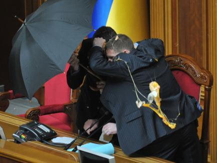 Parlamentarii din Kiev s-au bătut cu pumni şi ouă (VIDEO)