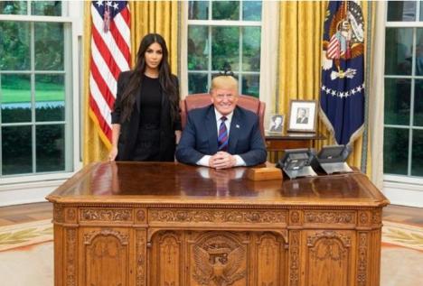 Kim Kardashian s-a întâlnit cu Donald Trump la Casa Albă. Vedeta a vorbit despre reforma închisorilor și a cerut grațierea unei femei (VIDEO)