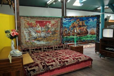 Muzeul Kitsch-ului din Bucureşti a fost jefuit. Recompensa pentru găsirea făptaşilor: o carpetă cu Răpirea din Serai (VIDEO)