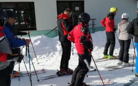Iohannis a stat din nou la coadă, pentru a urca pe pârtia de schi în Munţii Şureanu