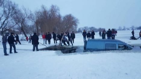 Teribilist: Un şofer a ajuns cu maşina într-un lac îngheţat