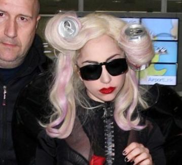 Lady Gaga se crede 'cool' cu doze de suc în cap!
