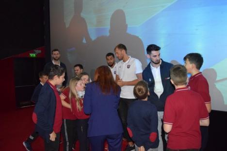Polițiștii bihoreni au lansat un filmuleț anti-bullying, cu elevi, magicienii Eduard şi Bianca şi baschetbalişti ai CSM Oradea (FOTO / VIDEO)