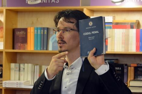 """Judecătorul Cristi Danileţ a predat """"lecţii deschise"""" de educaţie juridică la Tărian și la Oradea (FOTO)"""