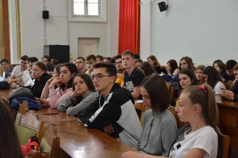 Lecţie pentru elevii orădeni: 'Democraţia nu e ceva garantat' (FOTO)