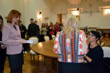 """""""Orbi"""": Bloggeriţa Petronela Rotar şi-a lansat la Oradea cea mai vândută carte românească din 2017 (FOTO)"""