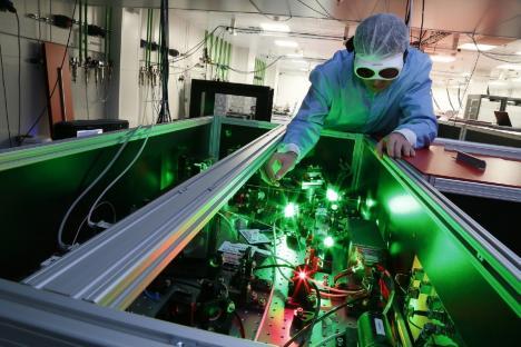 Premieră în cercetarea mondială: Laserul de la Măgurele a devenit cel mai puternic din lume, ajungând la 10 PetaWaţi
