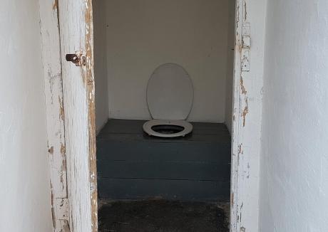 Prefectura Bihor a inventariat şcolile cu buda-n curte: 35 de unităţi de învăţământ nu au toalete în clădirile în care învaţă elevii