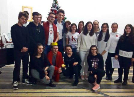 Elevii din internatul Liceului 'Aurel Lazăr' au sărbătorit Crăciunul în avans cu recital de colinde, scenetă de teatru și un concurs (FOTO)