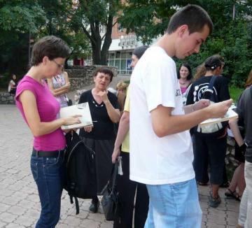 Iubitorii de lectură se adună în parc în cadrul Festivalului Luminii