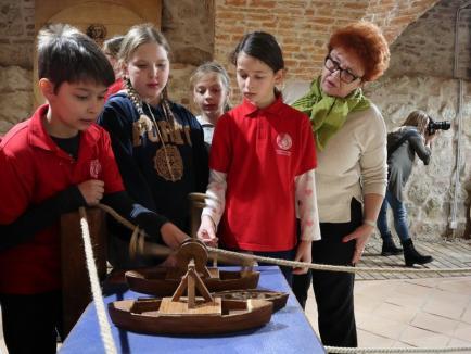 """""""Invențiile Evului Mediu. Leonardo da Vinci: apă, vânt și foc''. Elevi orădeni, față în față cu dispozitive gândite de marele artist (FOTO / VIDEO)"""