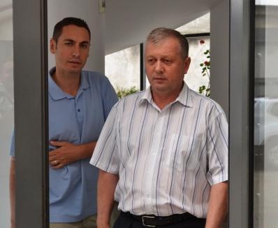 Pe-o mână cu 'experţii': Leontin Ţîrle, directorul Casei de Pensii Bihor, reţinut de DNA pentru fapte de corupţie