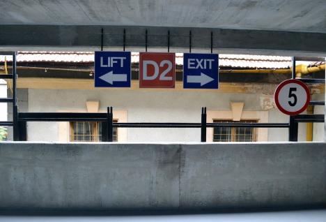 Ridică-mă la cer: Liftul parcării supraetajate din spatele Tribunalului stă defect de aproape un an!