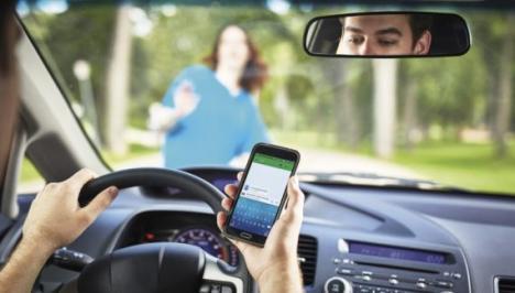 Șoferii care vor ține telefonul în mână în timp ce conduc vor rămâne fără permis!