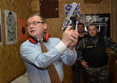 Avionul inculpaţilor: Chestorul Liviu Popa s-a luat la harţă cu un alt fost poliţist