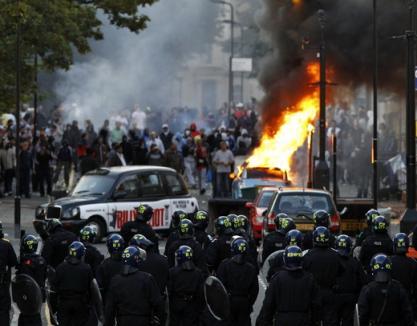 Bătălia pentru Londra continuă, iar violenţele s-au extins şi în alte oraşe