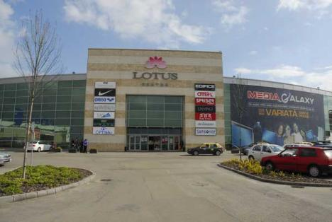 Din cauza lucrărilor, intrarea principală în Lotus Center devine temporar inaccesibilă