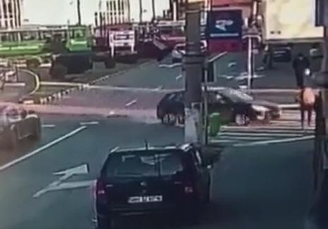 VIDEO ȘOCANT: Un orădean a ajuns la spital, după ce a fost izbit de o maşină pe trecerea de pietoni