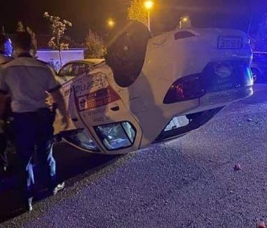 Tamponare neobișnuită în Oradea: O mașină a ajuns cu roțile în sus pe strada Oneștilor (FOTO / VIDEO)