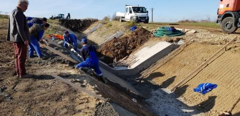 ABA Crişuri face reparaţii la două acumulări din Bihor, distruse de viiturile de la începutul verii (FOTO)