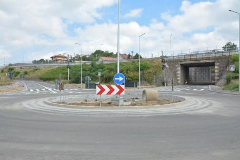 Patru luni întârziere. Drumul din faţa aquapark-ului este în curs de finalizare. Vezi cum arată! (FOTO)