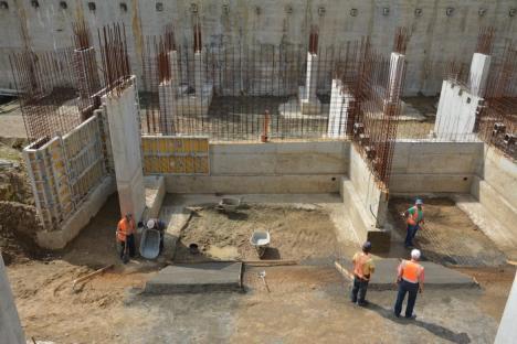 Au fost reluate lucrările la parcarea subterană, după un an de pauză (FOTO)