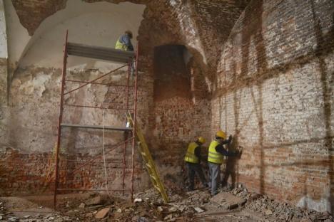 Au început lucrările de reabilitare a Palatului Baroc. Au fost scoase butoaiele depozitate de decenii în subsol (FOTO)
