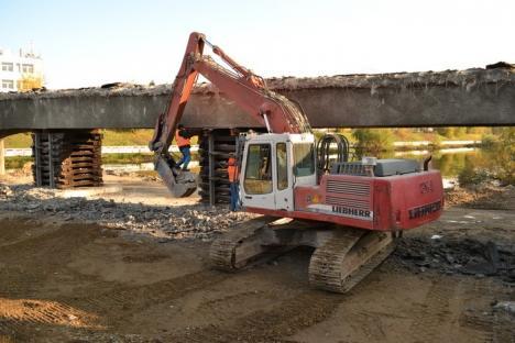 Imagini inedite: A început demolarea podului de la Centrul de Calcul (FOTO / VIDEO)