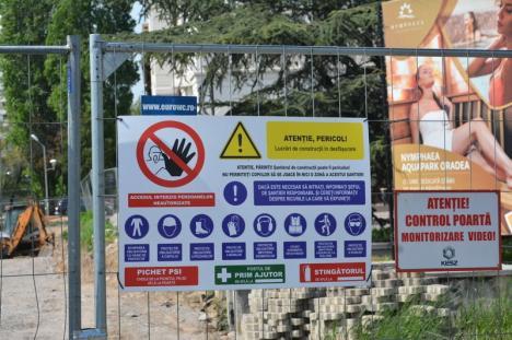 Accesul interzis! Lucrările la terasa Lotus de pe malul Crişului Repede restricţionează circulaţia pe strada Emilian Chitul (FOTO)