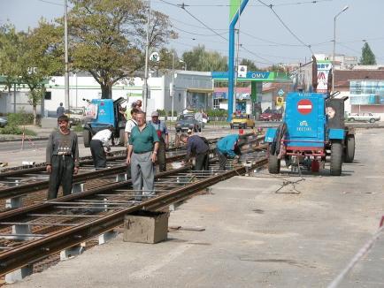 Ocoliţi! Lucrările la linia de tramvai vor bloca pentru o lună circulaţia prin faţa Bisericii Emanuel din Oradea