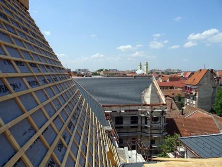 A fost acoperit. Constructorii montează învelitoarea de ţiglă a Palatului Episcopal Greco-Catolic (FOTO)