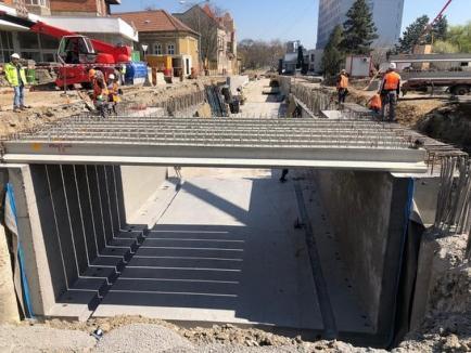 Constructorii au montat luni primele 16 grinzi de pe pasajul pe sub Bulevardul Magheru din Oradea (FOTO / VIDEO)