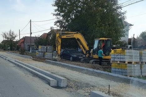Primarul de Sânmartin, Cristian Laza, acuzat că toarnă asfalt în comună direct pe pământul gol (FOTO)