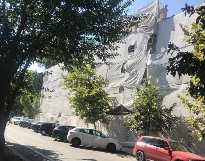 Constructorii reabilitează faţada dinspre strada Mihai Eminescu a şcolii Szacsvay Imre din Oradea (FOTO)