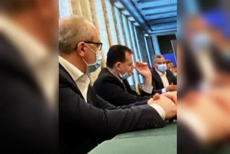 Nu se mai liniștește! O nouă imagine cu premierul Ludovic Orban fumând în Palatul Victoria a devenit virală pe internet