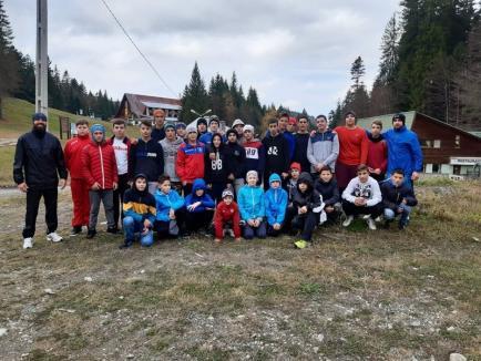 Opt tineri luptători orădeni, în cantonament la Predeal, cu lotul naţional de juniori