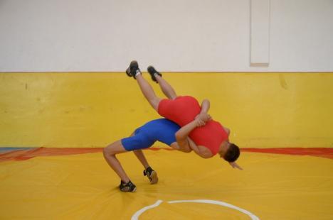 Opt clasări pe podium pentru tinerii luptători orădeni la etapa de zonă a Campionatului Naţional Şcolar