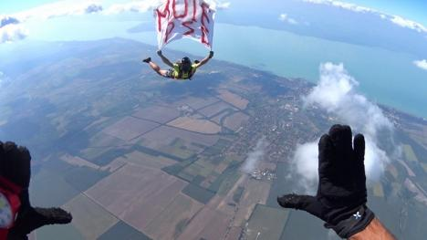 Anti-PSD şi la înălţime: Un paraşutist a sărit de la 4.000 de metri cu mesajul 'M... PSD' (FOTO)