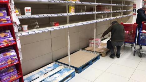 Românii s-au panicat şi golesc magazinele, temându-se de coronavirus. Stocurile sunt refăcute fără probleme