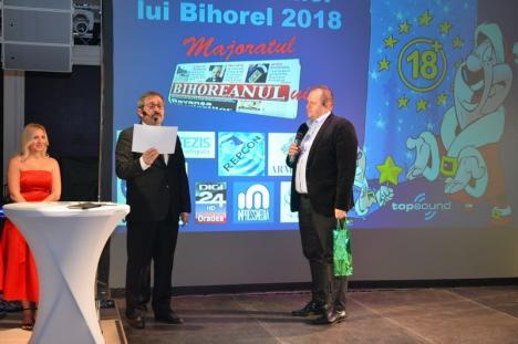 Gala Premiilor lui Bihorel 2018. Petrecere cu poante video, caricaturi şi concert Compact la Majoratul BIHOREANULUI. Vezi câteva momente! (FOTO / VIDEO)