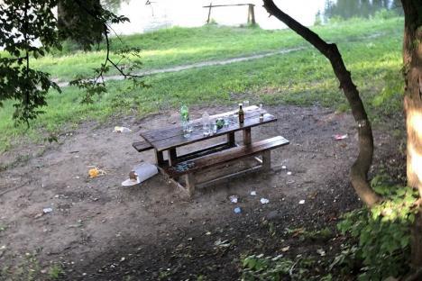 De prost gust: Tinerii fără cei 7 ani de-acasă lasă mizerii în zonele verzi din Oradea