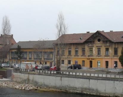 Primăria face primele demersuri pentru înfiinţarea de terase pe malul Crişului