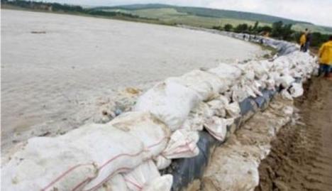 Sătenii unei comune din Argeş şi-au furat digul împotriva inundaţiilor