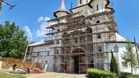 Recidivă la mănăstire: Noi lucrări neautorizate la Mănăstirea Sfintei Cruci din Oradea (FOTO)
