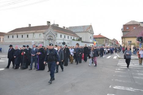 'Cu noi este Dumnezeu!'. În Oradea, peste 6.000 de persoane au ieşit să arate că vor familii 'după modelul original' şi mulţi copii (FOTO/VIDEO)