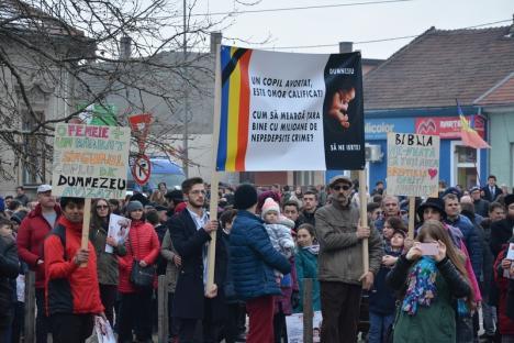 Peste 2.000 de participanţi la mitingul pentru familia tradiţională din Piaţa Unirii (FOTO / VIDEO)