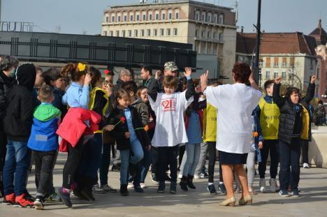 Dansatori în Piața Unirii: Peste 150 de orădeni au participat la flash-mob-ul organizat de Ziua Sindromului Down (FOTO / VIDEO)
